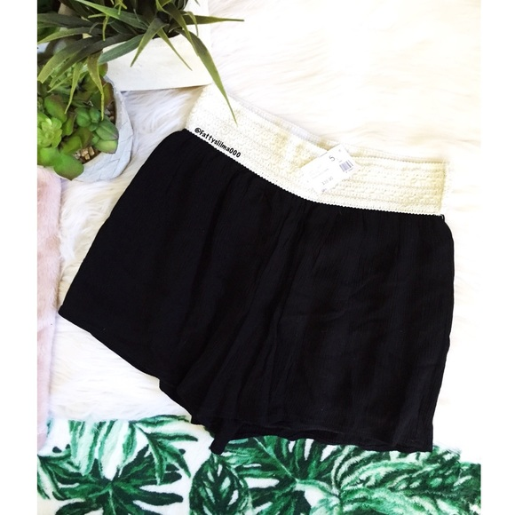 Pants - NWT Vacation mode flowy shorts 🌿